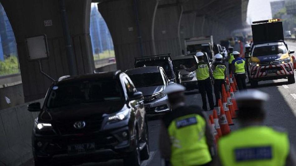Petugas kepolisian memeriksa kendaraan di masa PSBB.
